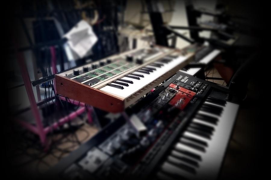 Zdjęcie przedstawia instrumenty klawiszowe