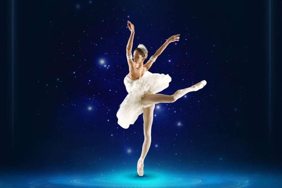 Zdjęcie przedstawia baletnicę w kostiumie scenicznym w pozie arabesque