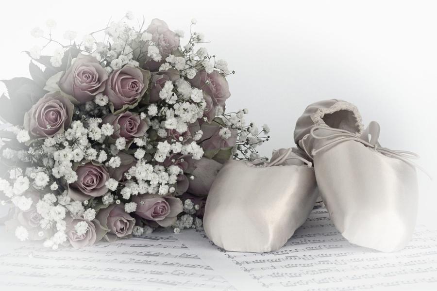 Zdjęcie przedstawia bukiet kwiatów, baletki i nuty