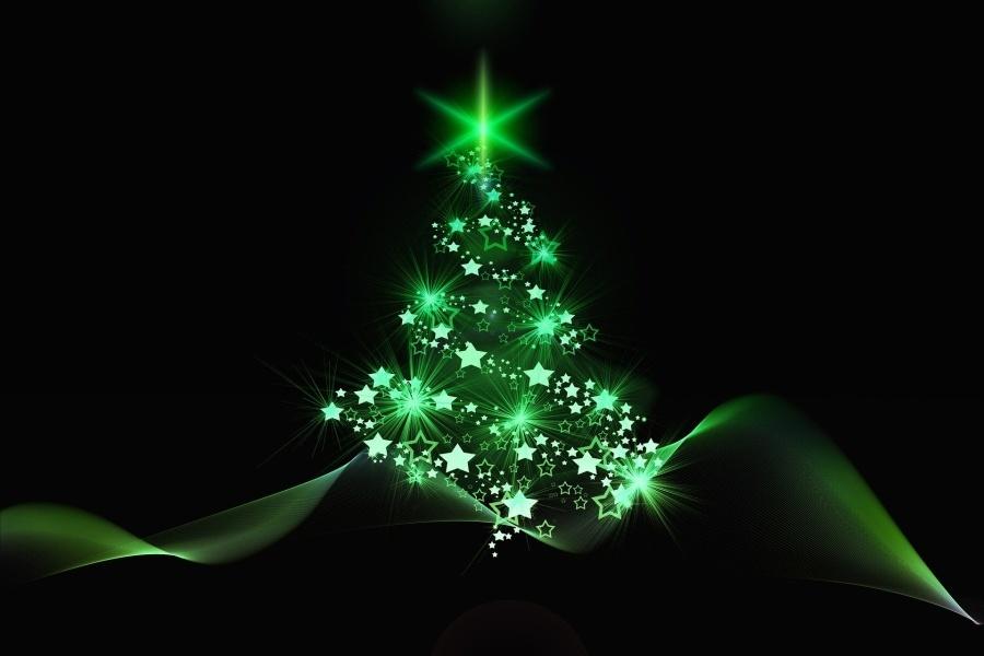 Zdjęcie przedstawia komputerowo wygenerowany obraz rozświetlonej choinki na zielonym tle