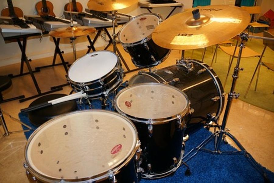Zdjęcie przedstawia zestaw perkusyjny