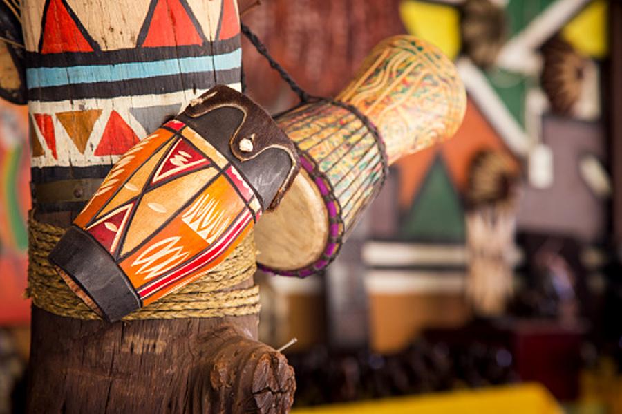 Na zdjęciu widoczne są różnokolorowe perkusyjne instrumenty etniczne.