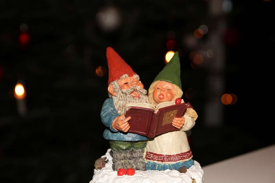 figurki przedstawiające dwie postaci trzmające w rękach książkę