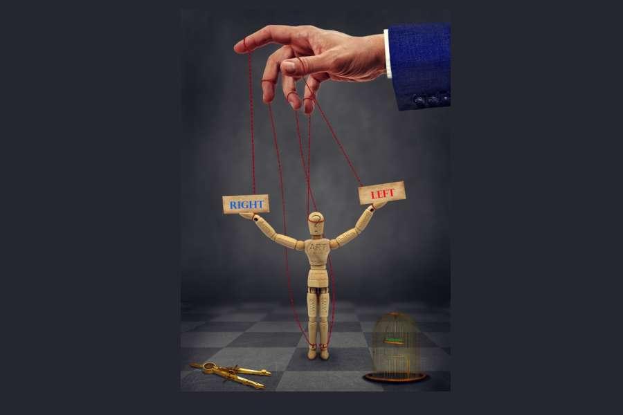 """Zdjecie przedstawia marionetke trzymajaca napisy """"lewo"""", """"prawo"""" ."""