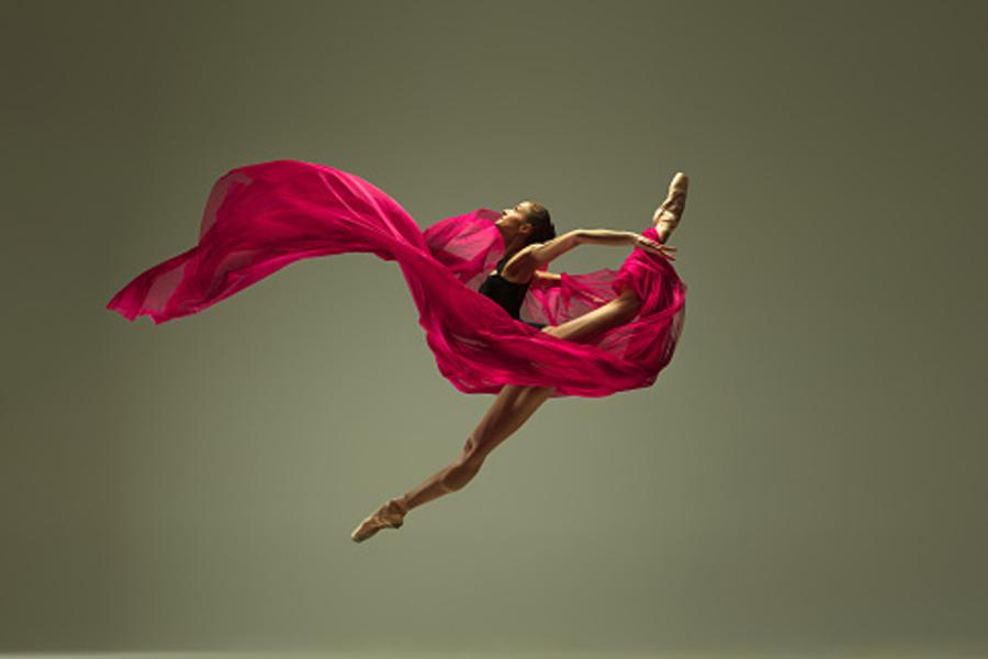 tancerka wykonująca skok szpagaatowy