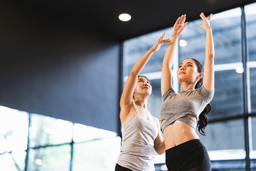 dwie ćwiczące kobiety