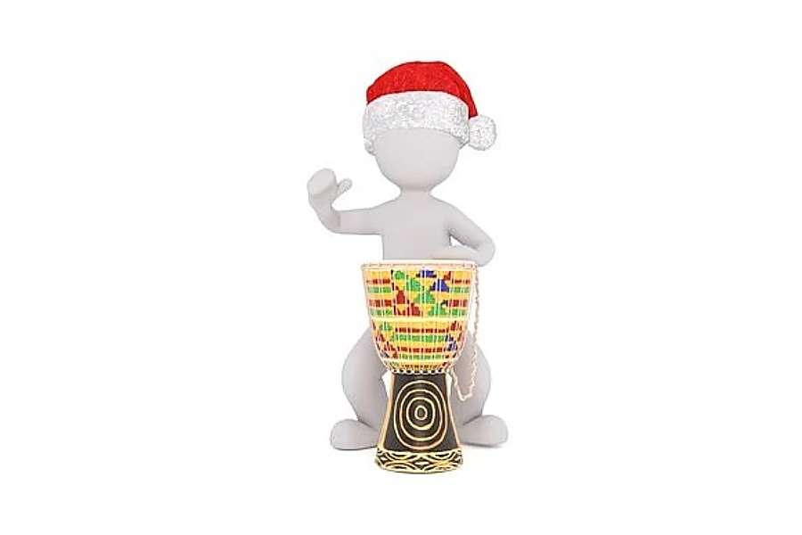 Rysunek przedstawia kukiełkę w czapce św. Mikołaja grającą na djembe