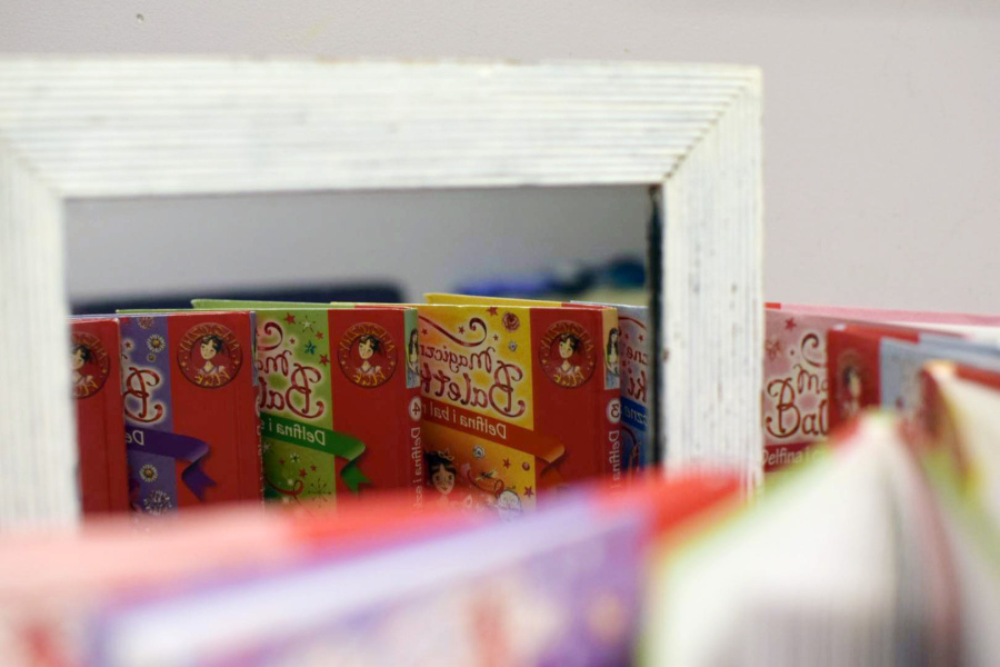 fotografia przedstawiająca książki i ich odbicia w lustrze.