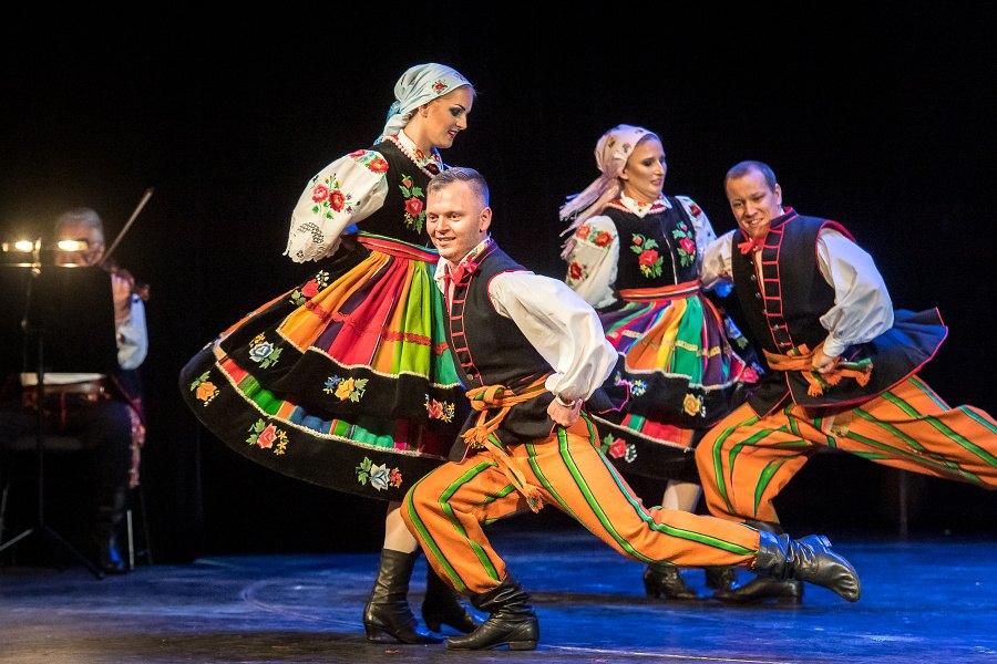 Para tańcząca oberka w tradycyjnych strojach łowickich