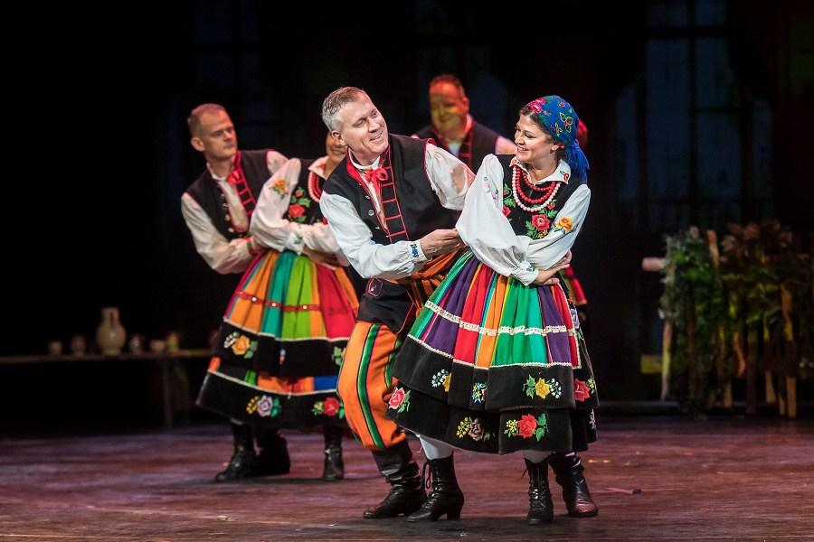 Para tańcząca kujawiaka w tradycyjnych strojach łowickich.