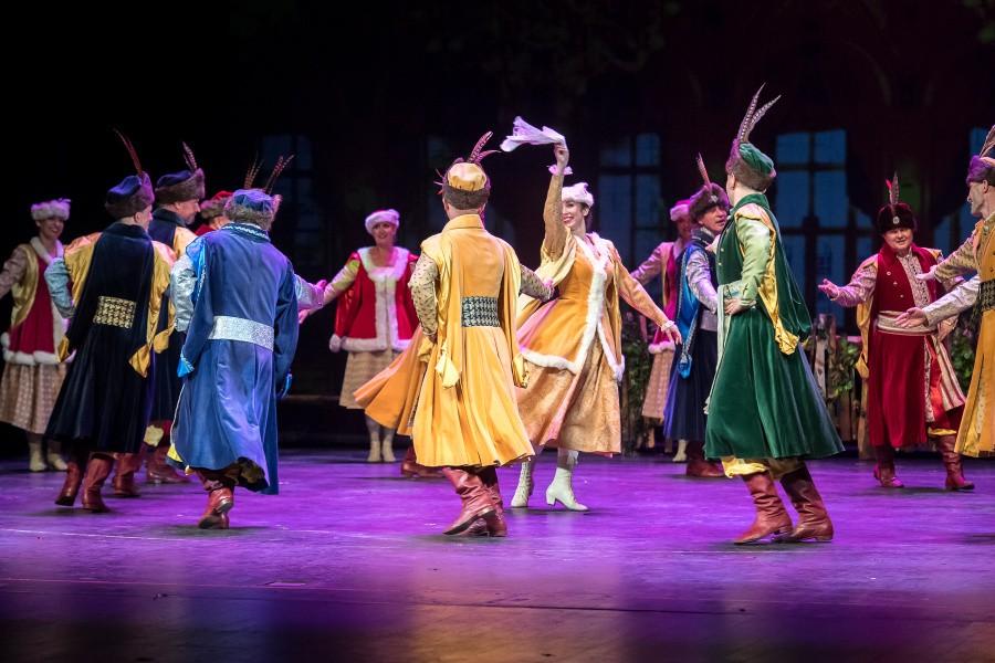 Tańczące pary mazura w kontuszach szlacheckich