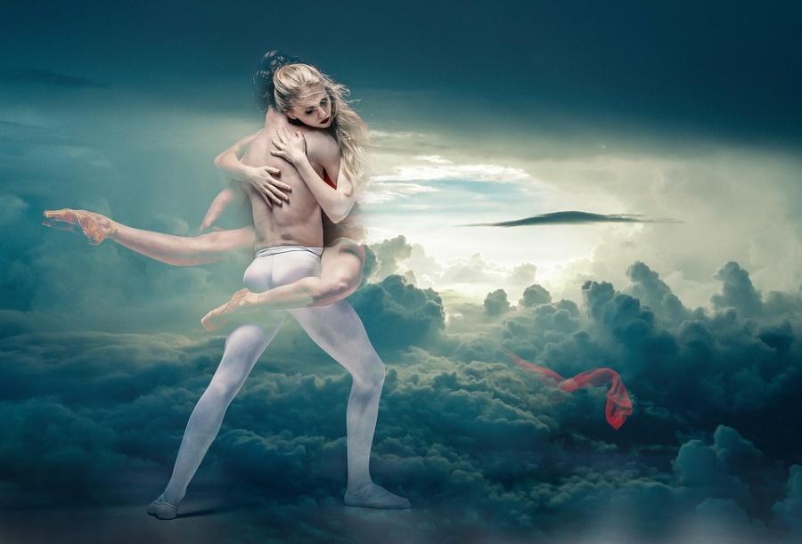 Zdjęcie przedstawia parę taneczną w chmurach.