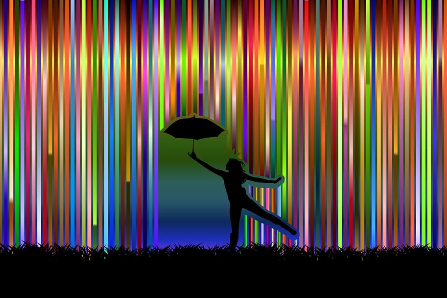 Zdjęcie przedstawia postać tancerza z parasolką w ręku na tle kolorowych pionowych tęczowych pasków.