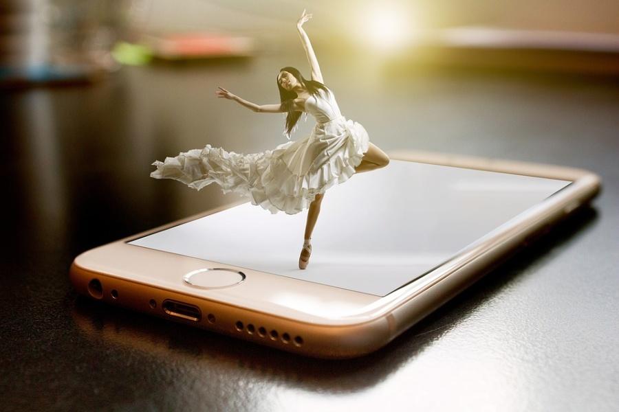 fotomontaż, tancerka tańczy na telefonie komórkowym