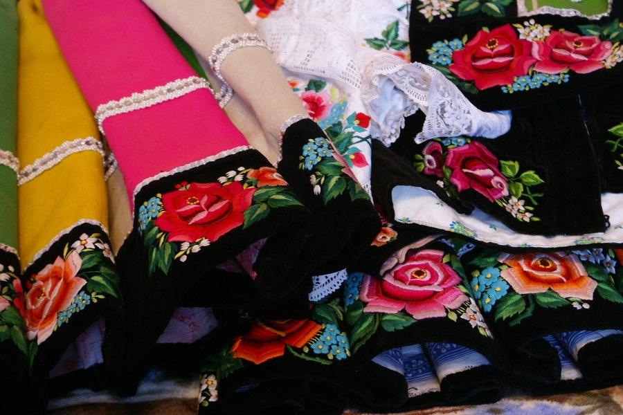 fragment kolorowej spódnicy