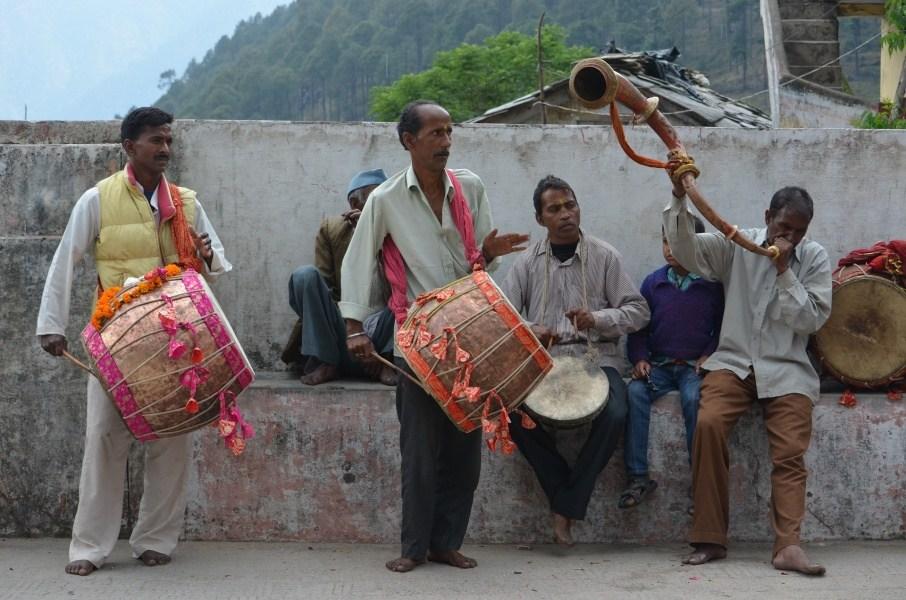 Zdjęcie przedstawia grupę mężczyzn grających na instrumentach etnicznych.