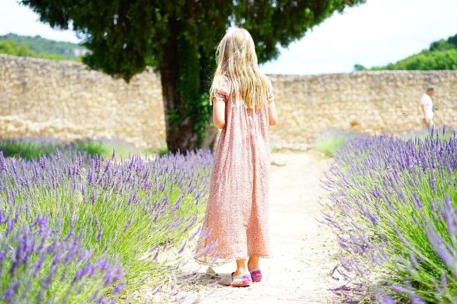 dziewczyna na ścieżce, wokół lawenda