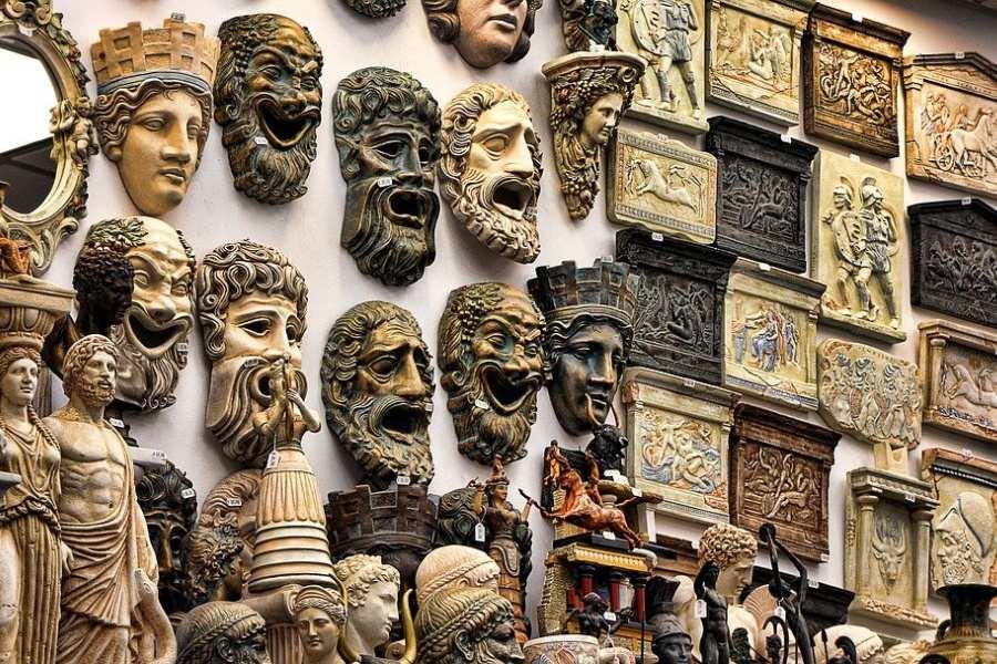 maski greckie wyeksponowane na ścianie