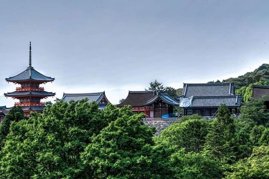 Zdjęcie przedstawia zabudowę w stylu japońskim w Kyoto.