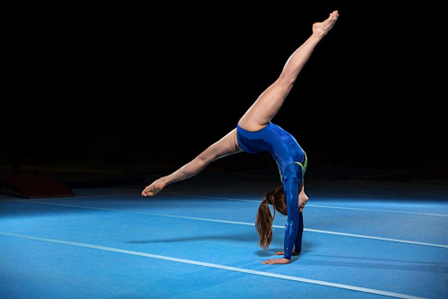 gimnastyczka robiąca przejscie w przod