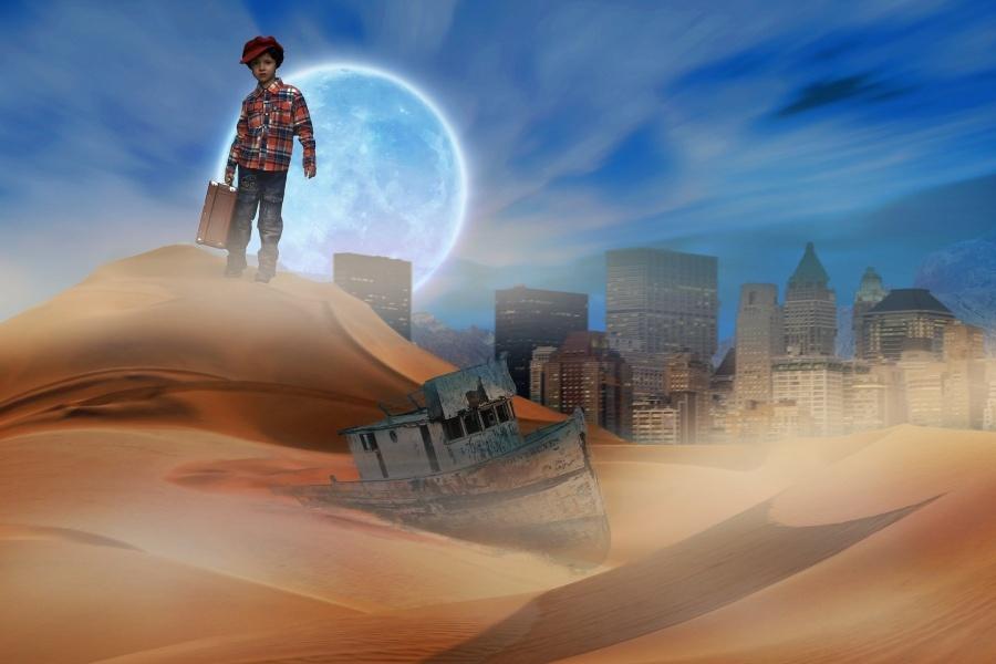 grafika przedstawia chłopca z walizką na tle księżyca podczas pełni. Na pozostałym tle wrak starej barki i współczesne budynki.