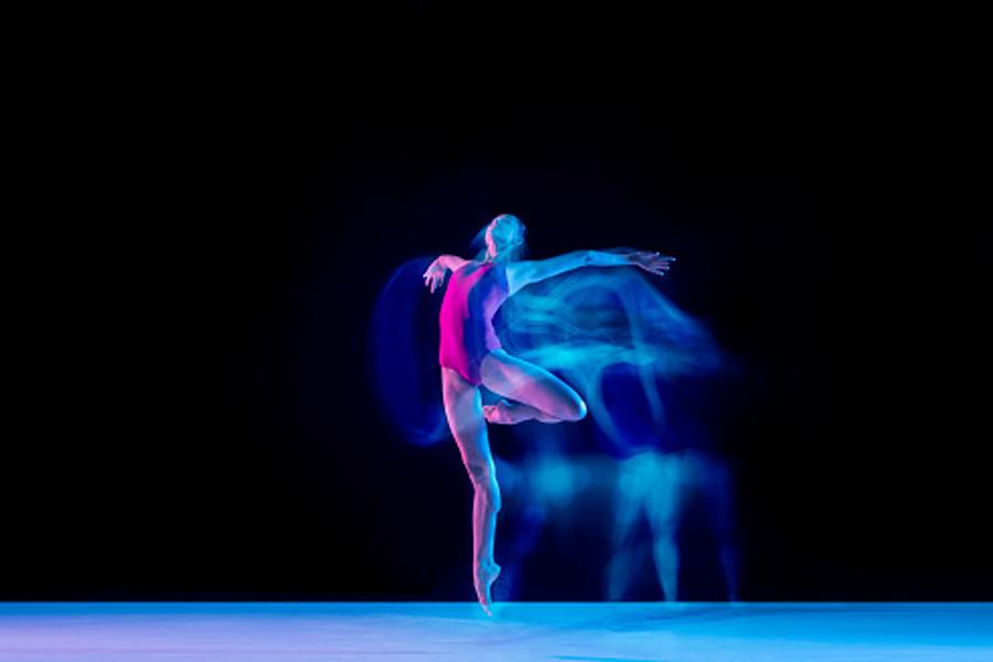 dziewczyna robiąca figurę taneczną
