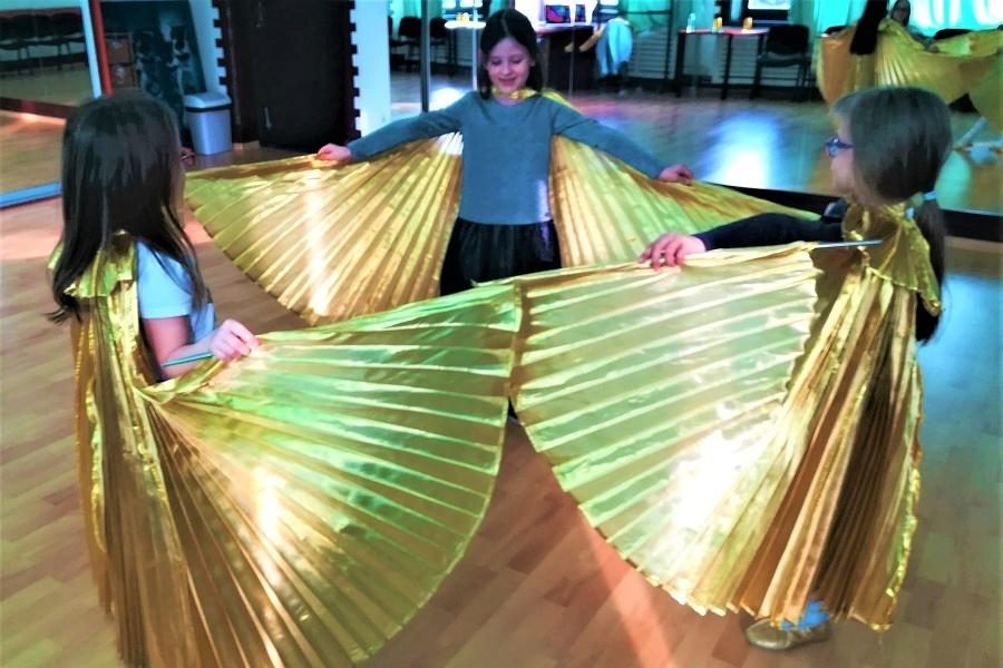 trzy dziewczynki ze skrzydłami Isis