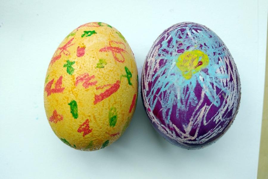 wielkanocne jajka pomalowane przez dzieci