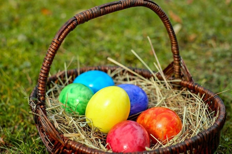 kolorowe pisanki w koszyku wielkanocnym