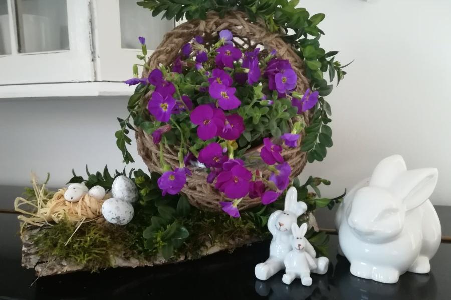 stroik wielkanocny z kwiatami i zajączkami