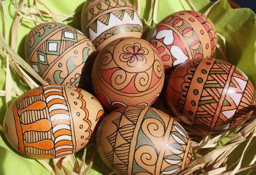 jajka z czarnym, konturowym, geometrycznym wzorem w układzie pasowym z dodatkiem koloru białego, zielonego, czerwonego;