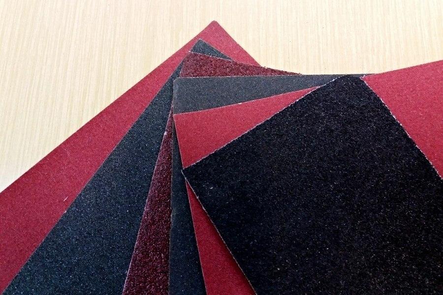 kilka kawałków papieru ściernego