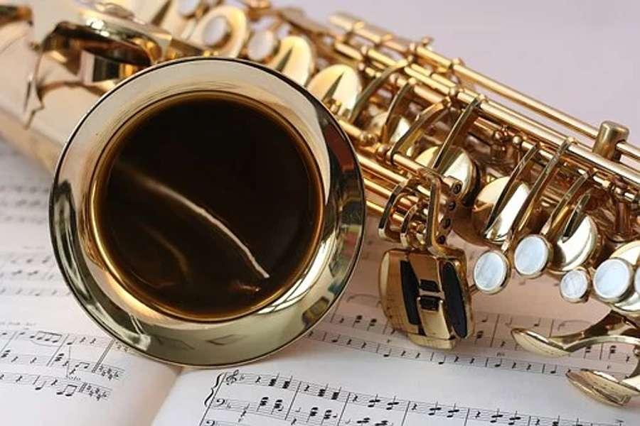 saksofon leżacy na nutach
