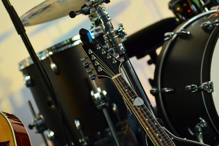 fragment zestawu perkusyjnego oraz gryf gitary