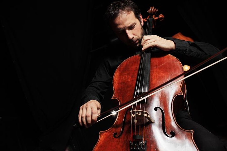 muzyk, który gra na wiolonczeli.