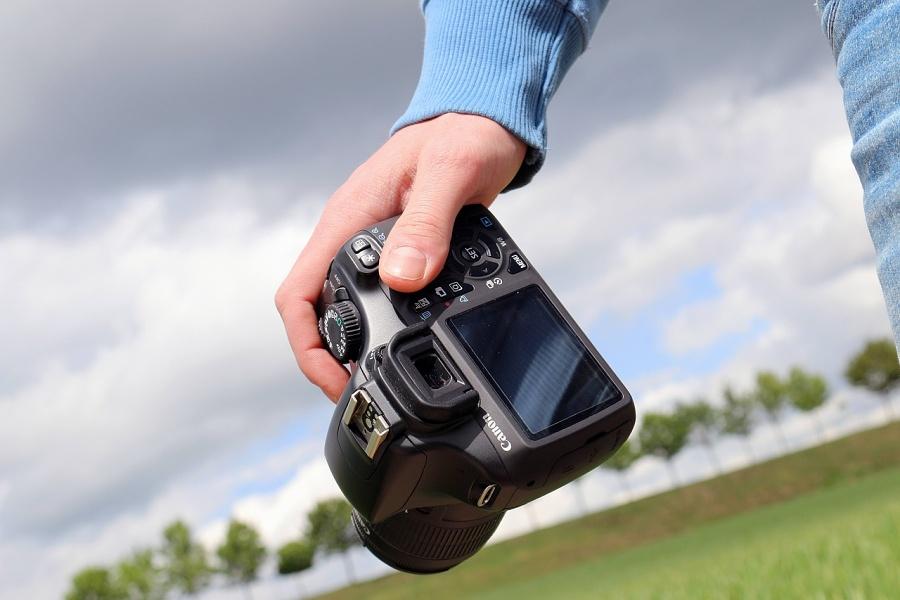 aparat fotograficzny w dłoni użytkownika