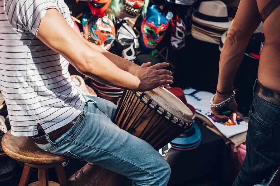 perkusista który gra na djembe.