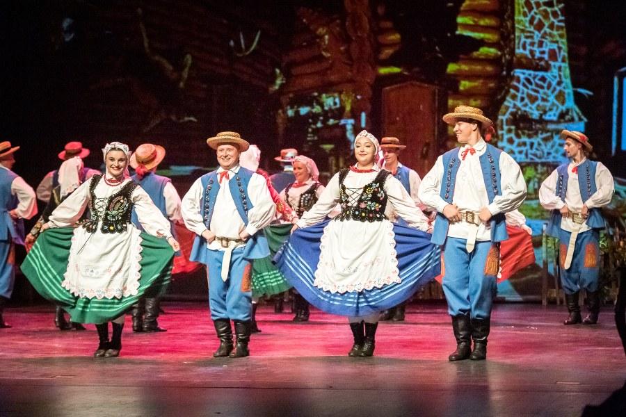Pary tańczące w strojach rzeszowskich