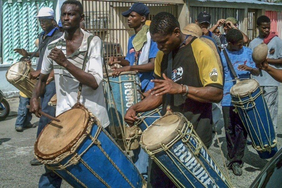 kilku perkusistów grających na etnicznych bębnach.