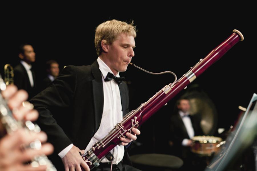 mężczyzna grający na fagocie
