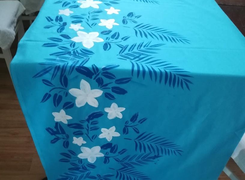 Turkusowa spódnica w hawajskie motywy.