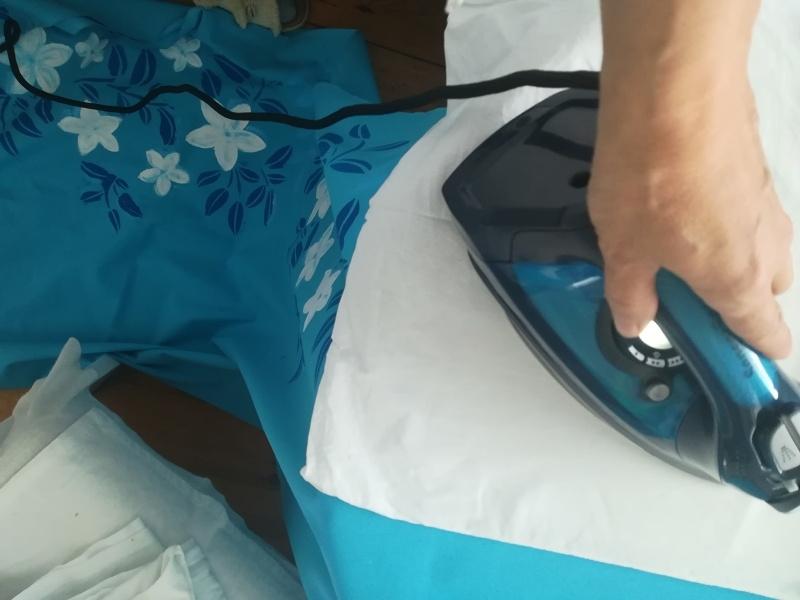 Prasowanie żelazkiem malowanej tkaniny.