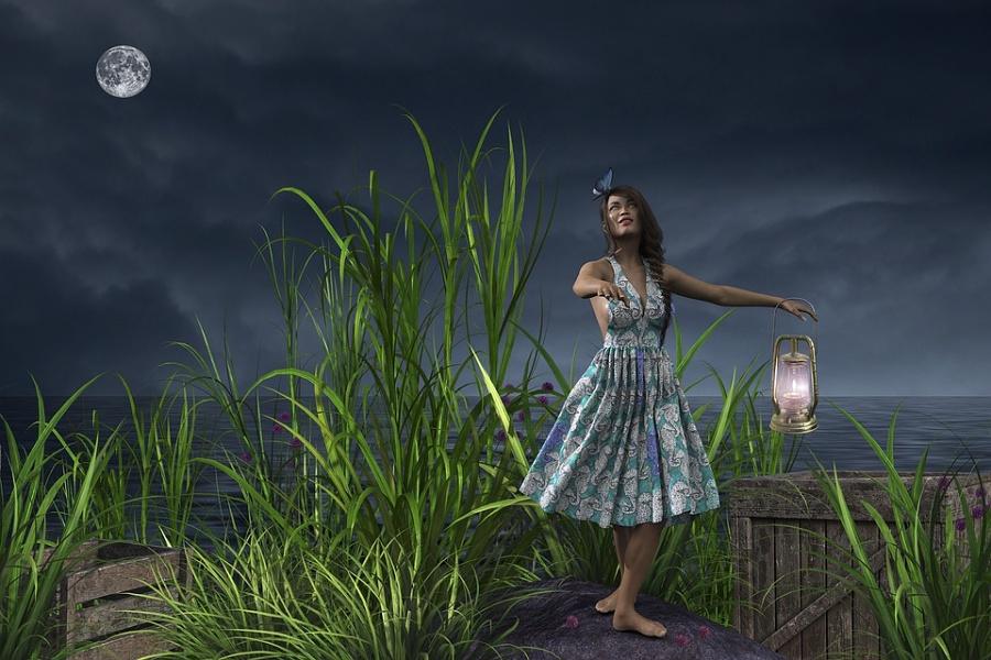 Zdjęcie przedstawia klimatyczne jezioro przy pełni księżyca z tancerką trzymającą w ręku latarnie.