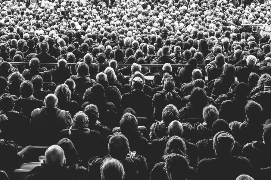 zdjęcie czarno-białe tłum ludzi na imprezie