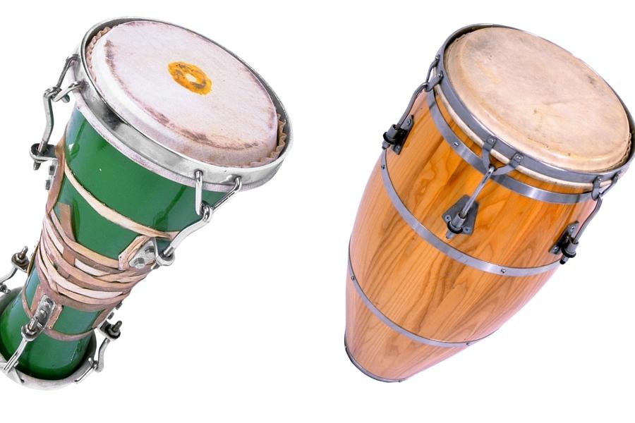 dwa instrumenty perkusjna Bata i Konga