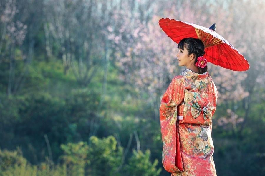 gejsza z czerwonym parasolem